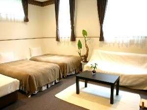 別館のちょっと広めの洋室。専用伊豆石風呂付き