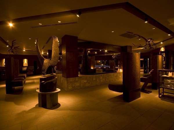 メインラウンジ/大鷲や鯨の彫刻を展示。そこはまるで美術館のよう…
