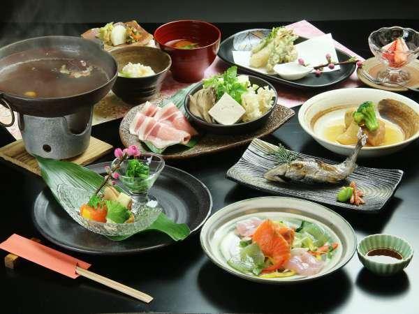 【夕食】忠治薬膳鍋と季節の田舎料理。地のものを中心に、手間ひまかけた手づくりのお食事です。