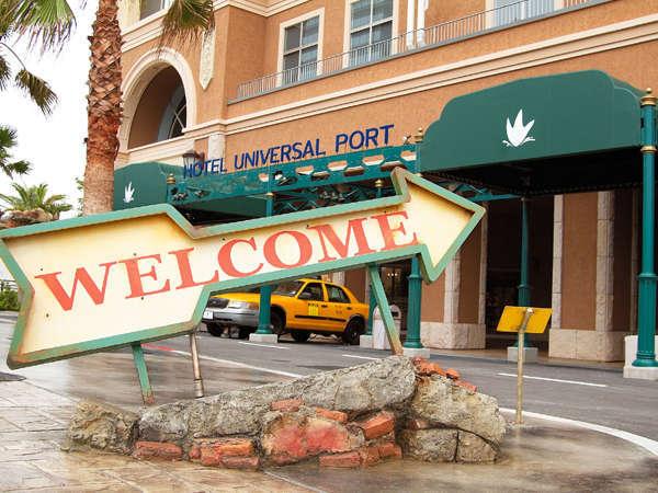 """ホテルユニバーサルポートへようこそ♪エントランス前の""""WELCOME""""での撮影は必須!"""