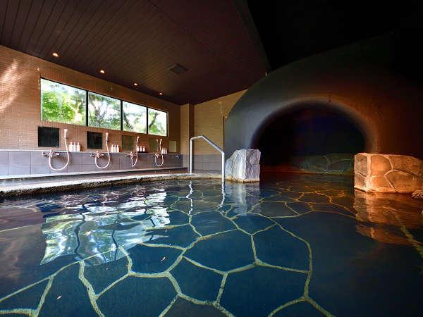 貸切風呂【梟(あうる)の月】広々とした湯舟の奥は洞窟風呂。温泉ミストで美肌効果が期待できます。