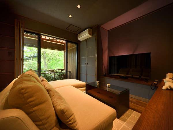 1F・蜉蝣の月フロアLuxury-suite【月の灯り・103】リビングから庭園を望む