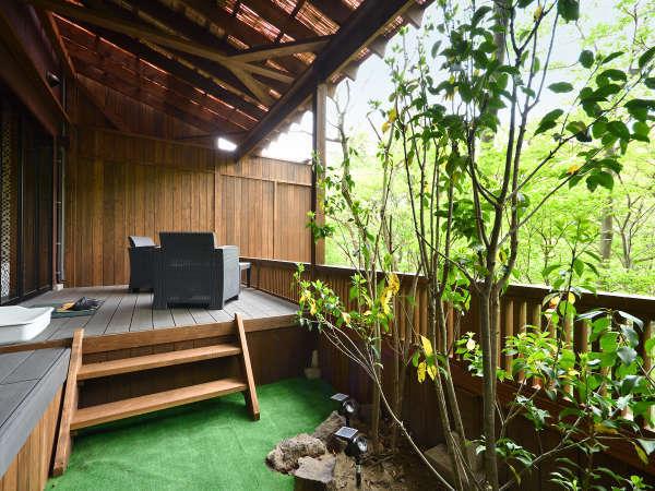 1F・蜉蝣の月フロア 貴賓室【月の御影・101】専用玄関から続く庭園とウッドテラス。