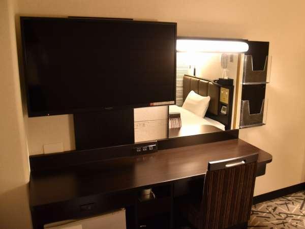 大型テレビ&広々デスク(スタンダードルーム)