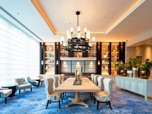 1階のラウンジは上質な設えで、非日常の空間を演出