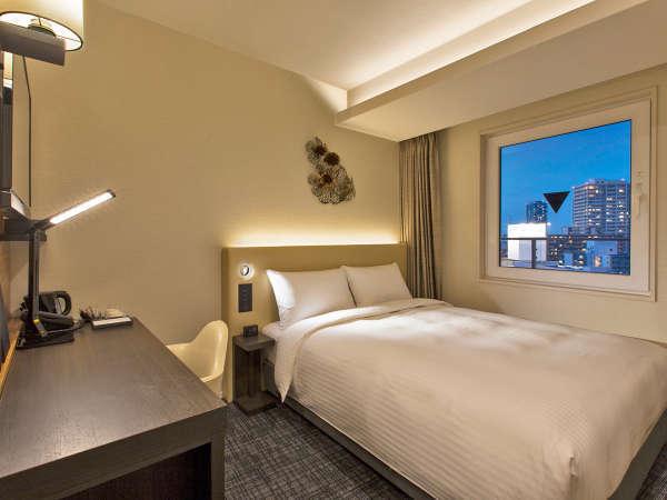 ベッド幅160cm・デスク幅120cmとどちらもワイドサイズのデラックスシングルは、出張やひとり旅の方に最適