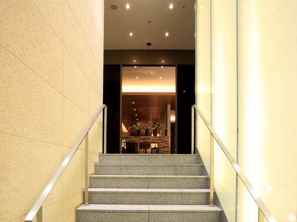 エントランスへと続く階段