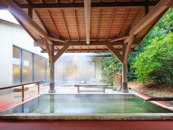 男性用大浴場の露天風呂(檜)