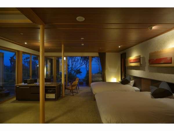 VILLA瑞鶴荘の【海吹】ダブルサイズのベッドで快適な眠りを確保しております。