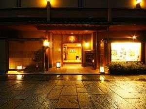 【京都 嵐山温泉・彩四季の宿 花筏】嵐山渡月橋のたもとに佇む嵯峨野観光に便利な京の宿。