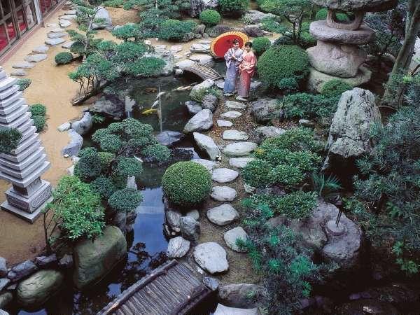 しっとり風情の純和風庭園