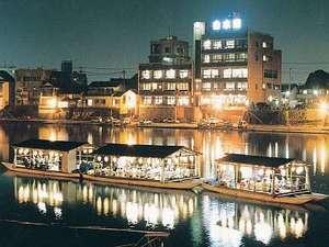 三隈川では鵜飼い鑑賞と屋形舟での夕食が楽しめる