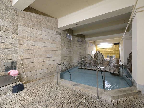 ■岩風呂の湯■単純アルカリ泉で肌にやさしい無色透明のお湯に癒されて…。