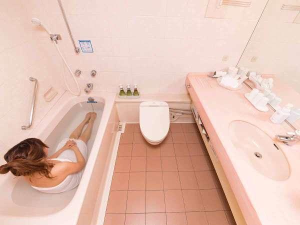 *【ツインルーム】バスルームは、一般的なユニットバスの2倍の広さがあります。