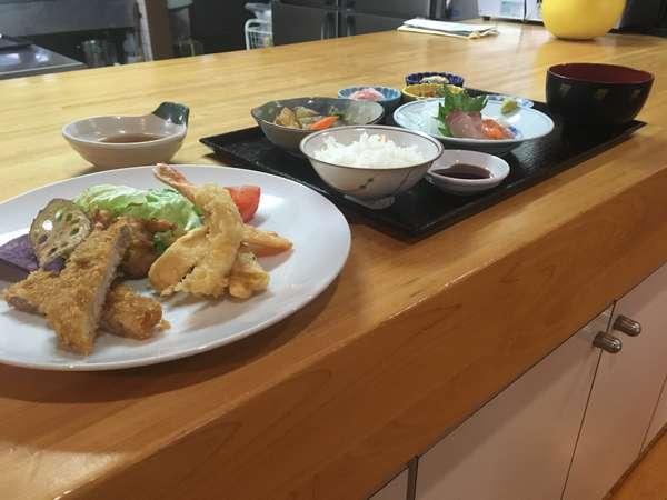 夕食の一例です。黒豚トンカツ、天ぷら、刺身、小鉢、煮物など(夕食は仕入れ等により異なる場合があります)