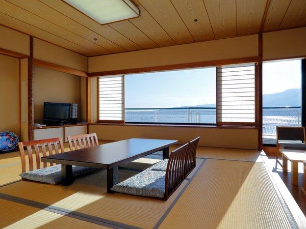 【和室12畳】海側に面した和室です。テラスからは、世界遺産「宮島」と瀬戸内海を望みます。