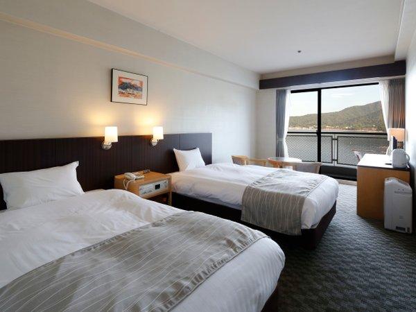 ツイン海側です。すべてのお部屋にベランダがあり、正面には宮島を望みます。