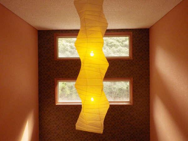 落ち着いた色合いの照明が優しいあかりを灯しています