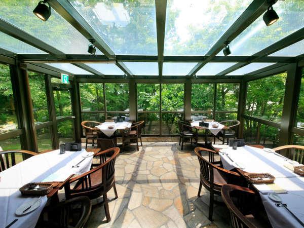 【本館】庭の木々を眺めながら、ご家族や素敵なお仲間と楽しいお食事をお楽しみ下さい