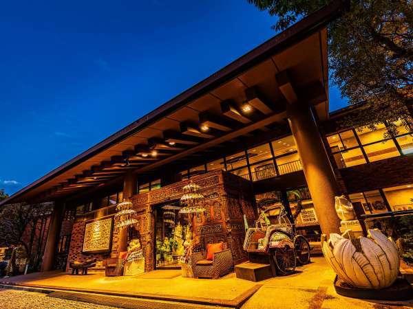 【本館】バリの木彫り職人によるゲートとパユン(バリ傘)が異国情緒溢れるメインエントランス。