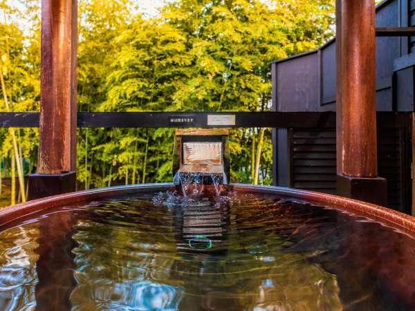 日本の伝統的な「信楽焼の壺風呂」を使った和ジアンスタイルの貸切温泉露天風呂も無料。