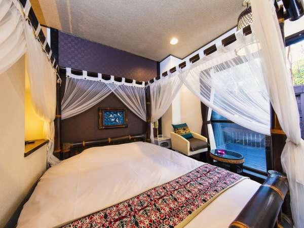 【本館】ダブルベッド 天蓋ベッドのセミダブルルームと少々狭めですが、その分お値段お得!
