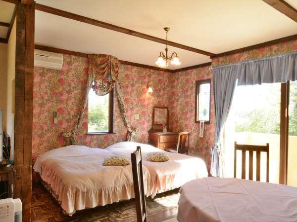 別館アンティーク8号室 和洋室(2~4名)英国直輸入の家具が温かい。畳はペットもOK