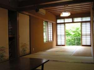 窓から緑がのぞく和室。