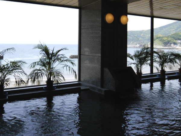 【明治館の大浴場】土肥温泉NO.1の海側幅15.5メートルを誇るパノラマ大浴場!