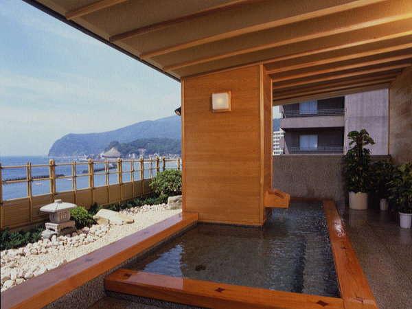 【金沙の湯・露天風呂】露天風呂でミネラルたっぷりの潮風&波の音を楽しみながらご入浴♪