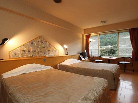 パークコテージ客室一例。客室の窓からはダイナミックな鬼怒川を一望