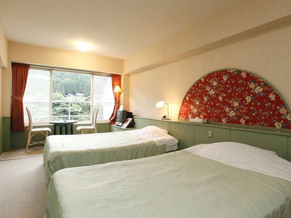 パークコテージ客室一例。四季折々の鬼怒川渓谷をお楽しみ頂けます。