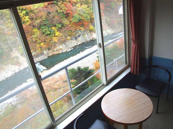 パークコテージ客室の窓からはダイナミックな鬼怒川を一望