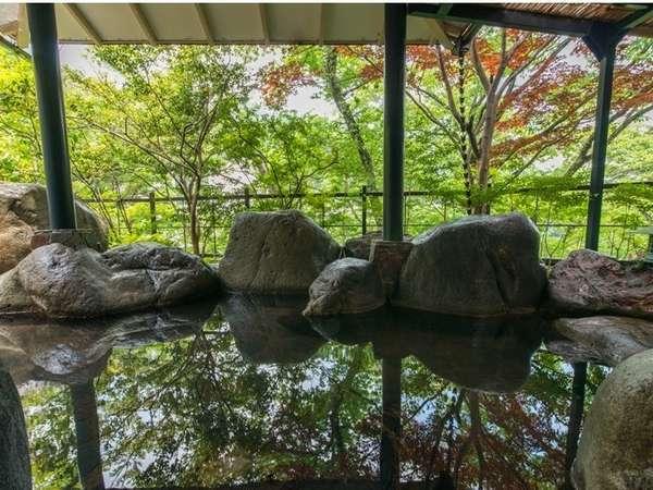 鬼怒川渓谷の川音を聴きながら、自家源泉の露天風呂でのんびり
