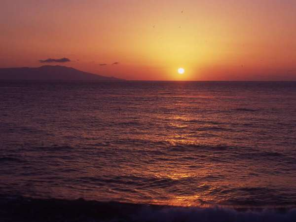 福松荘の目の前に昇る朝日