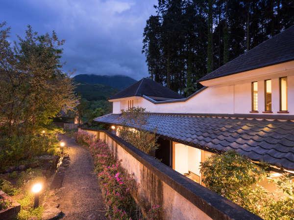 喧騒から離れ、由布岳に包まれた自然の中でゆったりとした時間をお過ごしいただけます。