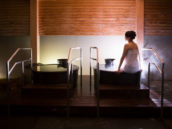 【露天風呂の壷湯】『桂浜の湯』のみある壷湯。星空を眺めながらのんびり♪(撮影の為タオル着用)