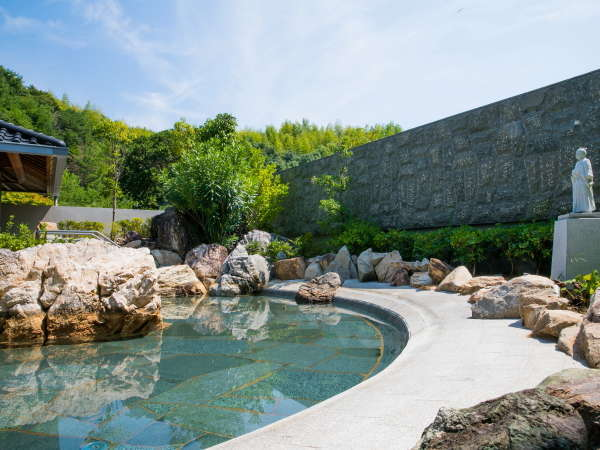 開放感のある露天風呂【桂浜の湯】は高知県の観光名所 桂浜を模した作りとなっております。