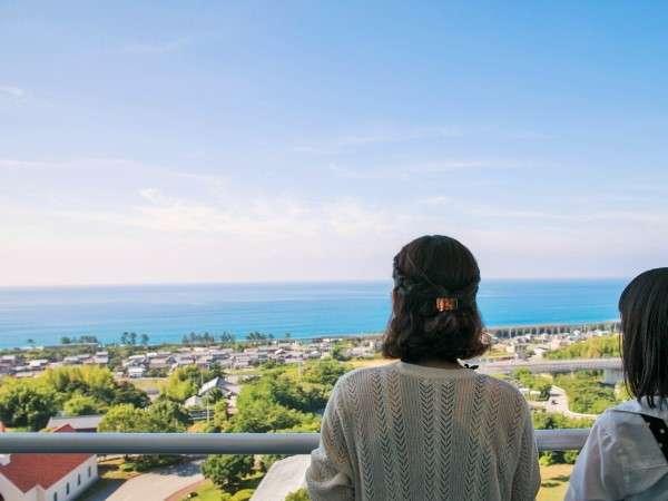 【客室景観】海側景観客室からは太平洋と土佐くろしお鉄道が走る様子をご覧いただけます。