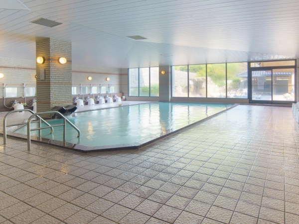 大浴場内には湯量たっぷりの広々とした内湯とサウナ、水風呂がございます。