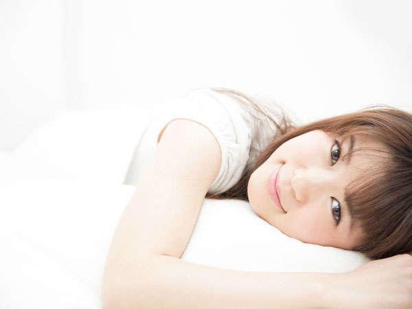お部屋のベッドは快適なフランスベッドデラックスを導入。ぐっすり眠り爽やかな朝をお迎えください。