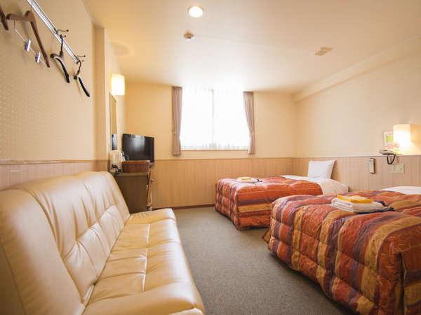 ●ソファー(ベッド)付● 広くゆとりのあるツインルーム(ユニットバス付)