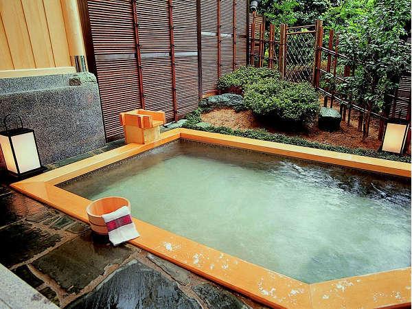 貸切露天風呂・ひのき『星の湯』。他に天然自然石、備長炭があり、3種類共に川側に面しております。