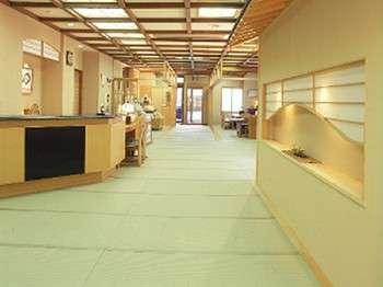 【玄関】畳敷きのロビーがお客様をお迎えします。スリッパが不要ですので畳の感触をお楽しみください。