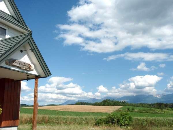 *夏の風景/十勝岳連峰を望む広大な丘陵地帯の中にあり、視界を遮るものは何もありません。