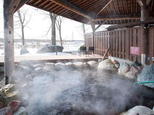 冬景色の露天風呂。かけ流しのモール温泉をご満喫ください。