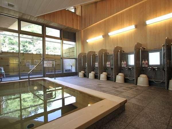 【桧風呂】桧の香りと木のぬくもりを感じられる桧浴槽の大浴場です。※石風呂と男女週替わり