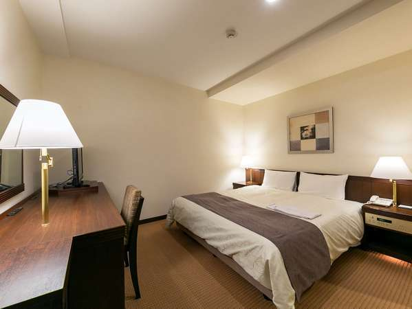 ダブルルーム一例 広さ20.7平米に160センチ幅のクイーンサイズベッドを備えております。