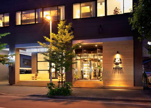 自社ビルを改装し2017年6月にホテルがオープンしました。