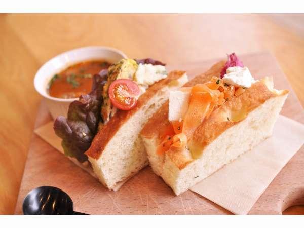 シェフこだわりの朝食。自家製パンで作ったサンドイッチをご用意しています。